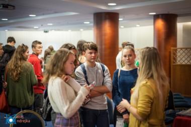 Záujemcovia sa informujú u zamestnankyni zahraničnej univerzity na podujatí StudyFest.