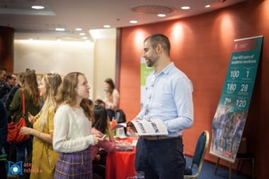 Záujemcovia sa informujú u zamestnanca zahraničnej univerzity na podujatí StudyFest.