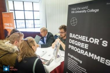 Záujemcovia sa informujú u zamestnancoch univerzity v Dánsku na podujatí StudyFest.