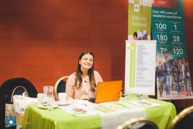 Zamestnankyňa Holandskej univerzity na informačnom podujatí StudyFest agentúry Interstudy.